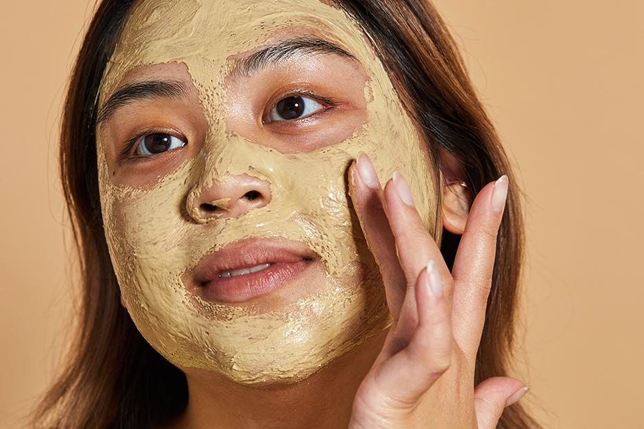 Une personne applique le masque frais pour le visage Brush Strokes sur son visage.
