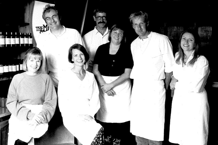 Une photo en noir et blanc des fondateur.ice.s de Lush.